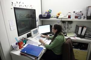 אודיולוגית מבצעת בדיקת שמיעה במכון האודיולוגי